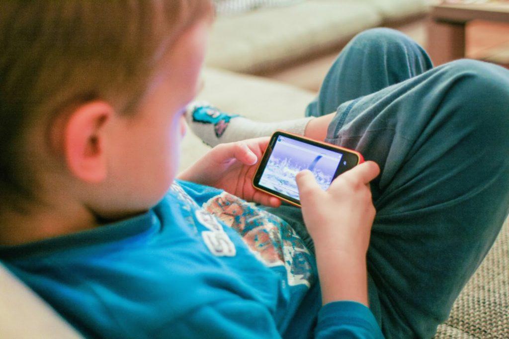 Não deixe o bebê brincar com o celular; Exposição precoce à tecnologia vai criar geração de alienados